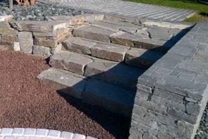 Kamień murowy w ogrodzie