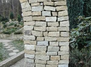 Kamień rzędowy - granit żółty jako element architektury ogrodowej