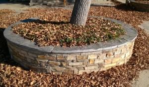 Gnejs elewacyjny na murku ogrodowym
