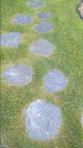 Ścieżka ogrodowa z płyt z kwarcytu