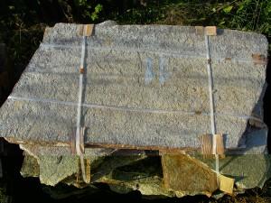 Gnejs szaro-rudy na chodniki - duże płyty - paleta
