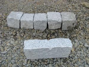 Duża kostka granitowa a obrzeże granitowe