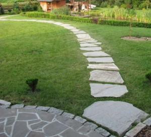 Płyty kamienne - ścieżka na trawniku