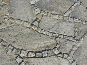 Podjazd z kamienia - gotowy fragment w słońcu