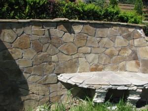 Mur oporowy wykończony piaskowcem oraz ława z piaskowca