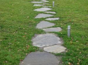 Płyty z gnejsu jako ścieżka w ogrodzie