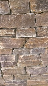 mur z gnejsu szaro-rudy z brązem