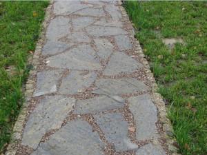 Ścieżka z gnejsu na podbudowie z betonu