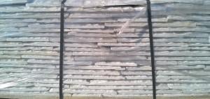 Płyty marmurowe cięto-łupane białe widok z boku palety
