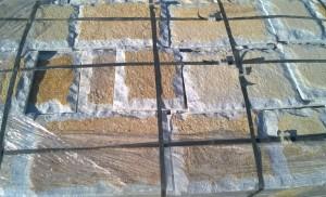 Płyty marmurowe cięto-łupane biało-rudo-złote