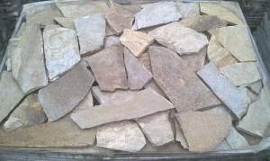 Gnejs beżowo-brązowy mozaikowy łupany nieregularny – poligonalny