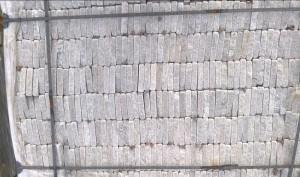Gnejs szary łupany formatowany czterostronnie, a następnie otaczany (obtaczany)
